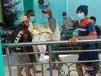 sejumlah-warga-dari-keluarga-almarhum-menjemput-paksa-jenazah-pasien-covid-19-di-rsud.jpg