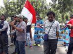 sekitar-30-orang-menggelar-aksi-unjuk-rasa-menuntut-pertanggungjawaban-dari-pt-freeport-indonesia.jpg