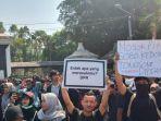 sekitar-ratusan-mahasiswa-mulai-berdatangan-dan-berkumpul-di-depan-kompleks-stadion-manahan-solo.jpg