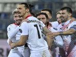 selebrasi-gol-kedua-ibrahimovic-bersama-rekan-setimnya-dalam-laga-melawan-cagliari.jpg