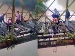selfie-berujung-petaka-remaja-nyaris-tercebur-sungai-saat-nekat-foto-di-jembatan-rusak_20180605_191914.jpg