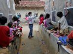 seorang-guru-di-desa-kecil-di-india-mengubah-dinding-menjadi-papan-tulis-untuk-anak-anak-belajar.jpg