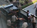 seorang-oknum-diduga-pelaku-teror-diamankan-kedalam-sebuah-mobil-kepolisian-polda-riau_20180516_101403.jpg