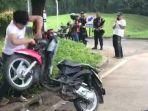 seorang-pemuda-hancurkan-motornya-sendiri.jpg