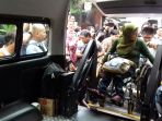 seorang-pemudik-disabilitas-saat-hendak-masuk-ke-dalam-mobil-khusus-penyandang-disabilitas_20170623_110453.jpg