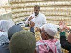 seorang-penjual-emas-di-zamzam-tower-mall-di-makkah-melayani-pembeli-emas.jpg