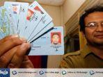 seorang-petugas-menunjukkan-kartu-tanda-penduduk-elektronik-e-ktp.jpg