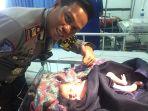seorang-polisi-bersama-bayi-yang-dilaporkan-di-tol-cipali_20170702_151058.jpg