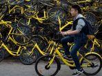 seorang-pria-bersepeda-melewati-tumpukan-di-beijing-china_20180102_140505.jpg