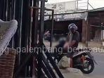 Pria Ini Terpergok Pamer Alat Kelamin di Demang Lebar Daun Palembang, Tak Malu Walau Direkam Warga