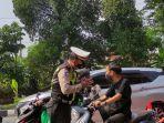 seorang-remaja-kena-tegur-polisi-karena-tak-kenakan-helm-saat-melintas-pos-penyekatan.jpg