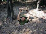seorang-tentara-mendemonstrasikan-jalan-masuk-menuju-terowongan-cu-chi-vietnam.jpg