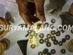 seorang-warga-menunjukan-emas-koin-kuno-dan-pecahan-keramik.jpg
