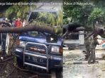 seorang-warga-selamat-di-dalam-mobilnya-yang-tertimpa-pohon-di-pulogadung_20180323_145936.jpg