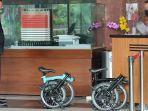 Operator Anggota DPR Ihsan Yunus Serahkan Dua Sepeda Brompton ke KPK