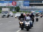 sepeda-motor-lintasi-tol-kembangan_20200102_214825.jpg