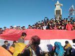 seribuan-pendaki-gunung-lawu-menggelar-upacara-bendera-di-puncak.jpg