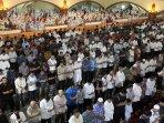 sholat-tarawih-pertama-di-masjid-pusdai-jabar-bandung_20150618_143506.jpg