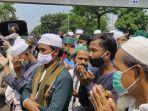 Simpatisan Rizieq Shihab Selawatan di PN Jaktim, Polisi Dorong Mundur dan Amankan Sejumlah Oknum