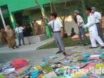 siswa-melempar-buku-dalam-aksi-unjuk-rasa-di-halaman-man-bangkalan-madura.jpg