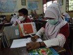 siswa-pakai-masker-saat-belajar-di-sekolah_20150903_002219.jpg