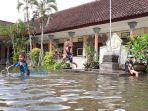 siswa-sdn-6-panjer-bermain-di-sekolah-yang-banjir.jpg