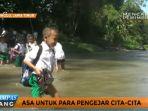 siswa-siswi-ini-nekat-seberangi-sungai-untuk-ke-sekolah_20170427_152931.jpg