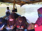 Kisah Guru Honorer di Sukabumi, Terpaksa Mengajar di Atas Perahu, Dibayangi Sergapan Buaya