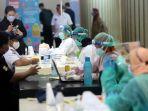 Tinjau Vaksinasi Covid-19 di Tanah Abang, Jokowi Didampingi Anies, Kompak Pakai Kemeja Putih