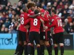 skuad-manchester-united-merayakan-gol-ibrahimovic_20161107_094414.jpg