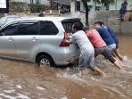 sopir-taksi-daring-jefri-yang-sempat-terjebak-banjir-di-jalan-kemang-1.jpg