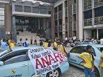 sopir-taksi-konvensional-datangi-kantor-dprd-kota-pekanbaru_20170821_114436.jpg
