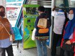 sosialisasi-menggunakan-masker-penumpang-bus-tranjakarta_20200406_161414.jpg