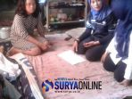 staf-dinsos-mendatangj-rumah-wati-di-jalan-plaosa-kelurahan-patokan-kecamatan-situbondo_20180214_174628.jpg