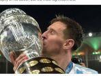 striker-argentina-lionel-messi-mencium-trofi-juara-copa-america-2021.jpg