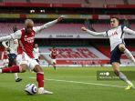 striker-arsenal-prancis-alexandre-lacazette-kiri-bersiap-untuk-mengoper-bola.jpg