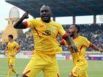 striker-bhayangkara-fc-herman-dzumafo.jpg