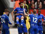 striker-everton-andros-townsend-tengah-merayakan-mencetak-gol-pertama-lawan-mu.jpg