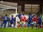 striker-inggris-chelsea-tammy-abraham-kiri-ke-3-menyundul-bola.jpg