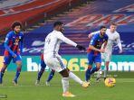 striker-leicester-city-nigeria-kelechi-iheanacho-tengah-menembak-dari-titik-penalti.jpg