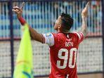 striker-madura-united-alberto-goncalves-merayakan-gol.jpg