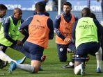 striker-manchester-city-argentina-sergio-aguero-kanan-kiri-membentang-jelang-pertandingan.jpg