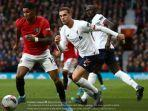 striker-manchester-united-marcus-rashford-berjibaku-dengan-kapten-liverpool-jordan-henderson.jpg