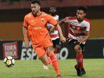 striker-marko-simic-cetak-gol-ke-gawang-madura-united_20181015_101626.jpg