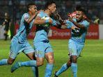striker-persela-alex-dos-santos-rayakan-gol-ke-gawang-madura-united.jpg