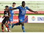 striker-persib-bandung-ezechiel-ndouassel-merayakan-gol-ke-gawang-persipura-jayapura-di-liga-1-2019.jpg