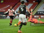 striker-sheffield-united-david-mcgoldrick-kiri-menembak-untuk-mencetak-gol.jpg