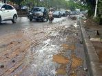 Banjir Jalan TB Simatupang Surut, Sisakan Lumpur hingga Bebatuan dan Sampah