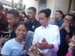 suasana-riuh-saat-presiden-jokowi-diajak-selfie-warga-pasar-gede-solo-minggu-962019.jpg