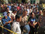 suasana-saat-pihak-kepolisian-mendatangi-rumah-satu-keluarga-yang-terbunuh-di-samosir_20181025_162251.jpg
